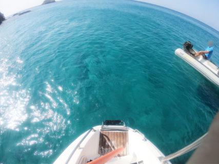 【ミロス島クルーズ】白の断崖絶壁を眺めながら透明度の高いエーゲ海で泳げちゃうクルーズに是非参加しよう! | ミロス島アダマス