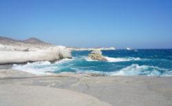 【サラキニコビーチ(sarakiniko)】打ち寄せる青い波と眩い石灰岩の壁に圧倒される最高の景色!| ミロス島マンドラキア