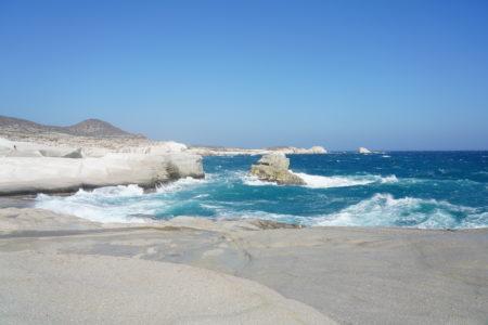 【サラキニコビーチ】打ち寄せる青い波と眩い石灰岩の壁に圧倒される最高の景色!| ミロス島マンドラキア