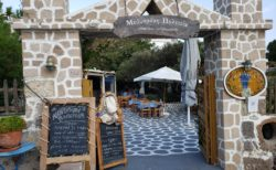【メティスメニポリティア(Methismeni Politia)】地中海の美食を堪能できるレストラン | ミロス島トリピティ